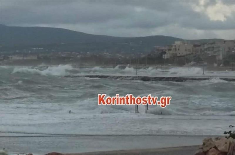 Τρομερή κακοκαιρία στην Κόρινθο: Τα κύματα σκέπασαν σκάφη στο λιμάνι (video)