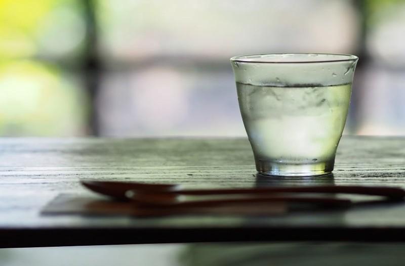 Γιατί δεν πρέπει να πίνετε ποτέ από το νερό που έχετε δίπλα στο κρεβάτι!