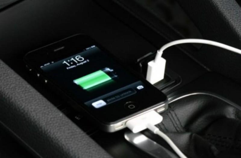 Το γνωρίζατε; Γιατί δεν πρέπει να φορτίζετε το κινητό σας στο αυτοκίνητο!
