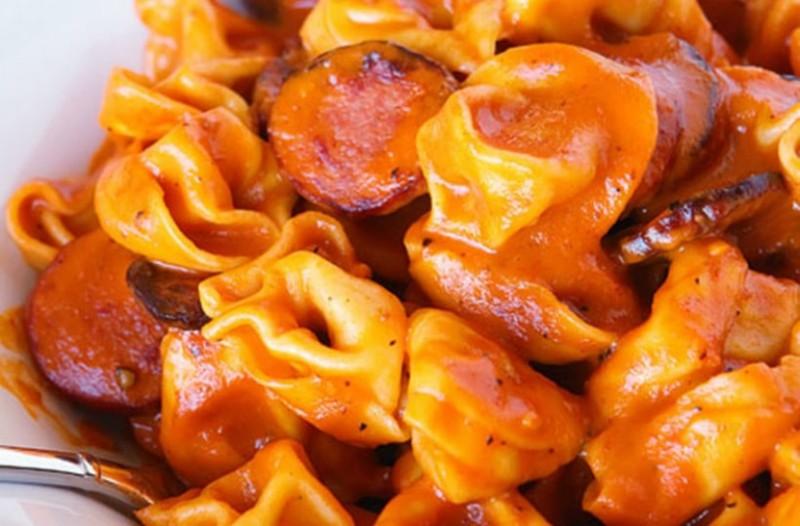 Συνταγή για γευστικά τορτελίνια με λουκάνικο και σάλτσα!