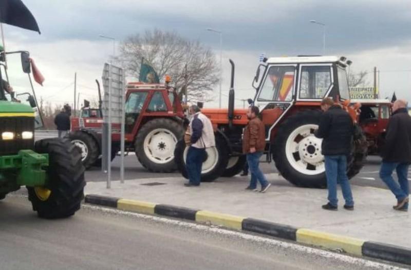 Λάρισα: Αγρότες απέκλεισαν τον κόμβο του Πλατυκάμπου!