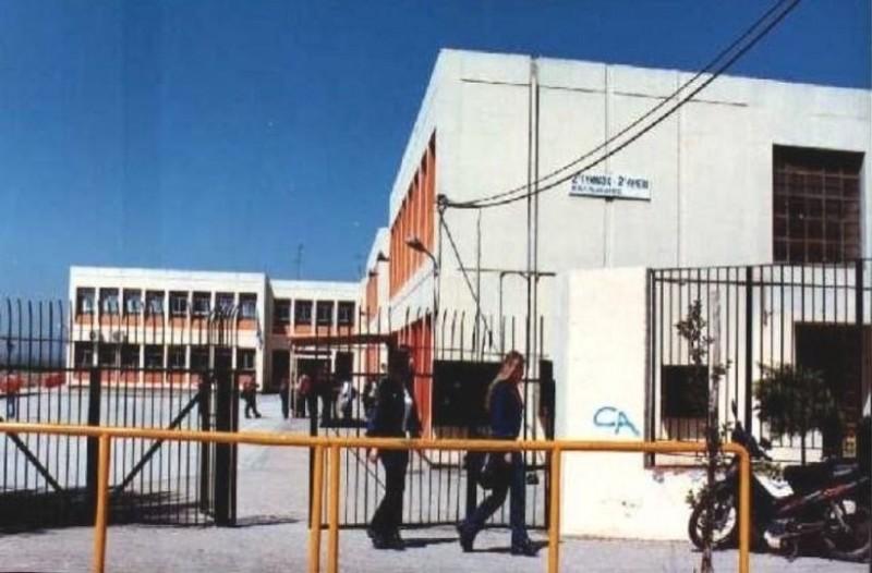 Θεσσαλονίκη: Αναρχικοί πέταξαν τρικάκια και μοίρασαν φυλλάδια σε σχολείο!