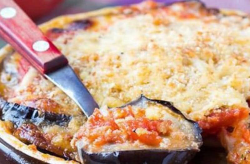 Μελιτζάνες με στρώσεις ντομάτας και τυριών στο φούρνο!
