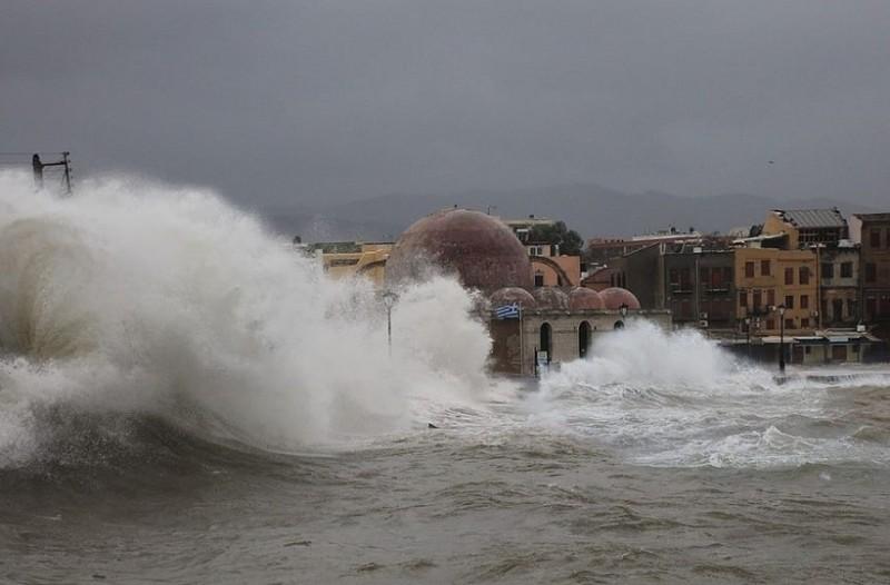 Στο έλεος της κακοκαιρίας η Κρήτη: Πλημμύρισαν οι δρόμοι! - Κλειστά τα σχολεία!