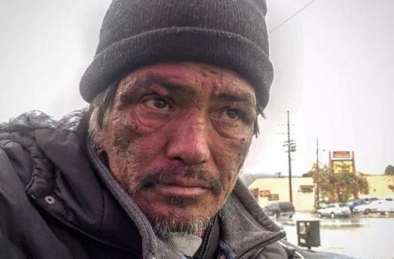 Δεν περίμενε αυτή την απάντηση η δημοσιογράφος που ρώτησε έναν άνδρα γιατί είναι άστεγος