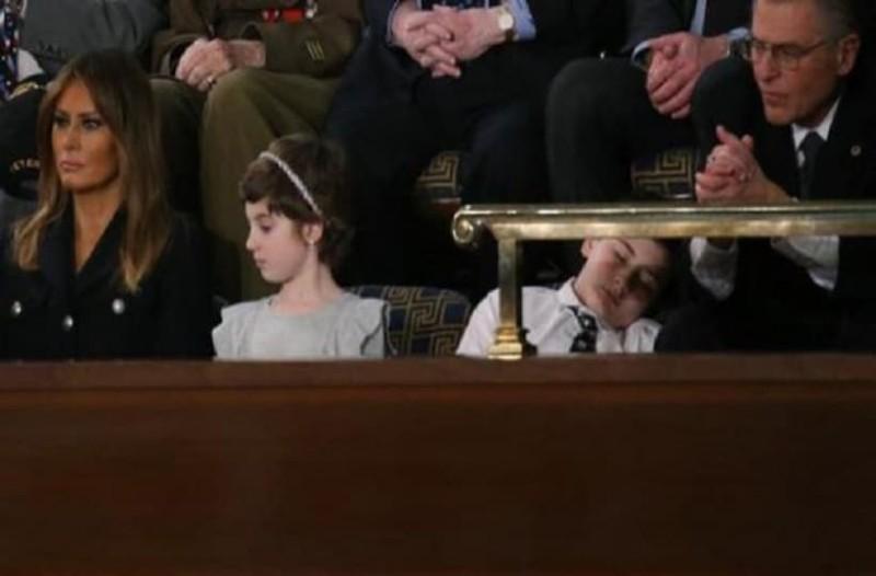 Έπος: Πιτσιρικάς κοιμήθηκε στην ομιλία του Τραμπ και έγινε viral!