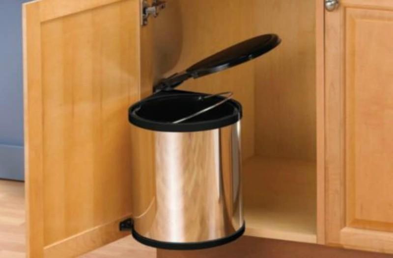 66ff9d517eb6 Κάδος σκουπιδιών στο ντουλάπι της κουζίνας  5 λόγοι για να μην το κάνετε!