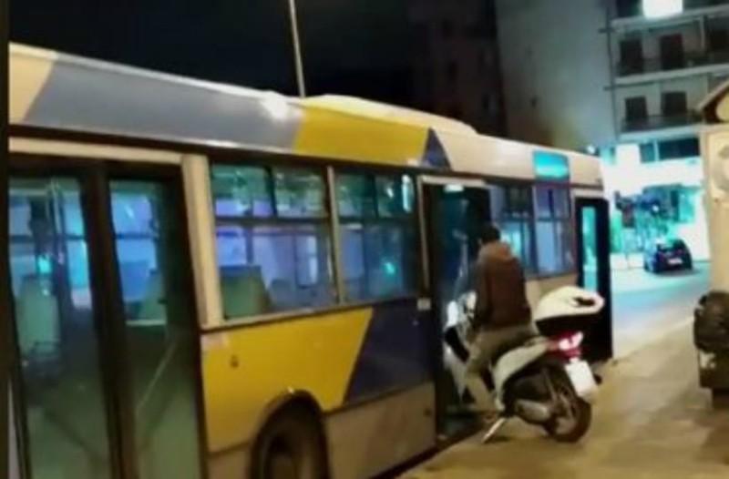 Κι όμως συνέβη: Μπήκε σε λεωφορείο του ΟΑΣΑ με το... μηχανάκι (video)