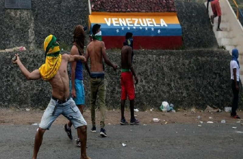 Χάος στη Βενεζουέλα: 4 νεκροί και 58 τραυματίες στα σύνορα με τη Βραζιλία