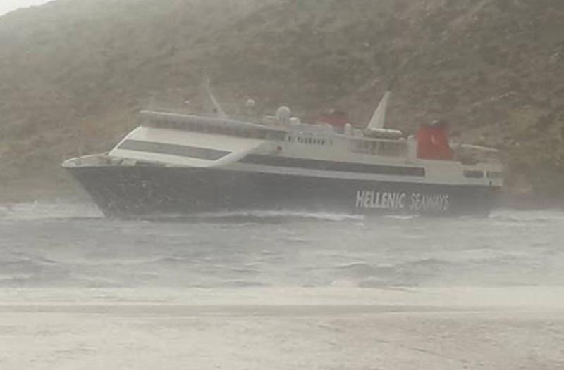 Βίντεο που κόβει την ανάσα: Η προσπάθεια καπετάνιου να δέσει το πλοίο στην Σίφνο εν μέσω τρικυμίας!