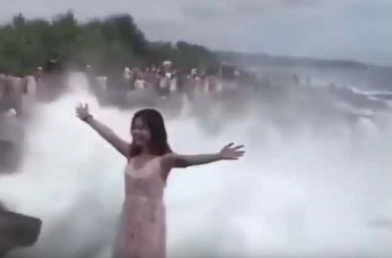 Στήθηκε για selfie στην παραλία και χάθηκε στη θάλασσα! (video)