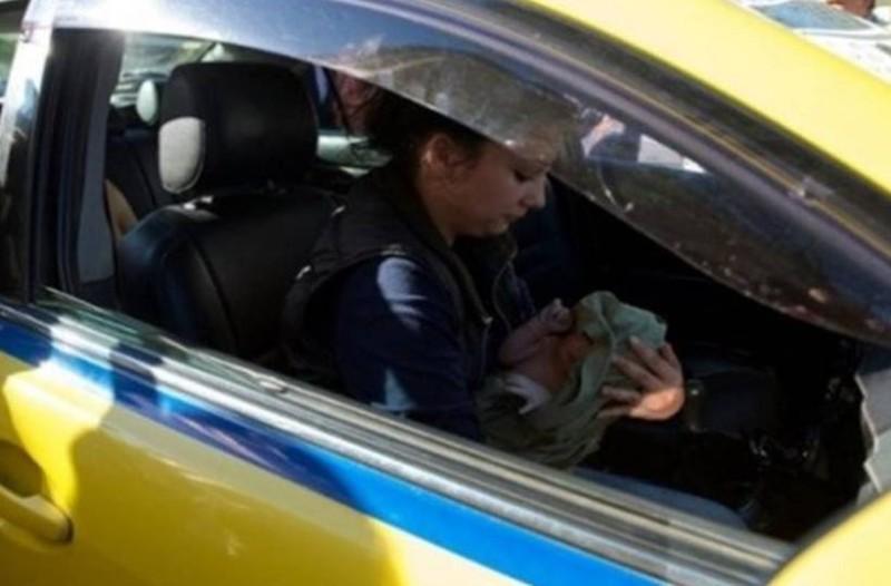 Γέννησε σε ταξί στο κέντρο της Αθήνας!