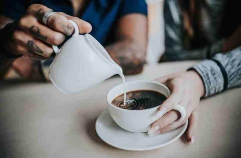 Γιατί δεν πρέπει να βάζουμε γάλα στον καφέ - Οι γιατροί ενημερώνουν!