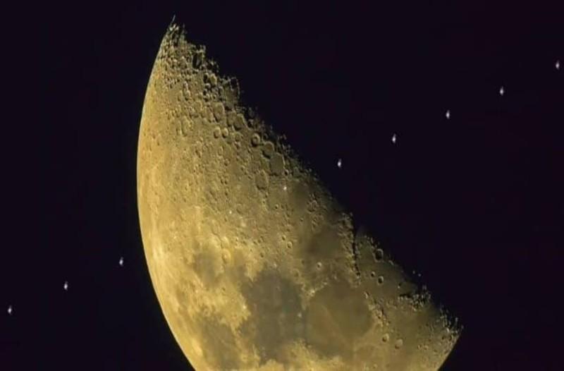 Μία σπάνια φωτογραφία από τον Διεθνή Διαστημικό Σταθμό και την Σελήνη!
