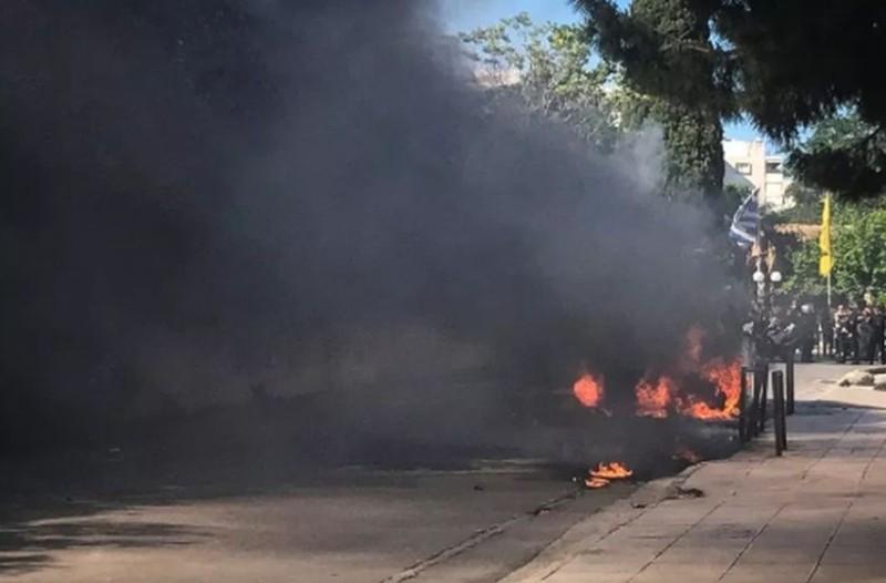 Ισχυρή έκρηξη σε πάρκινγκ στην Γλυφάδα! Καίγονται αυτοκίνητα