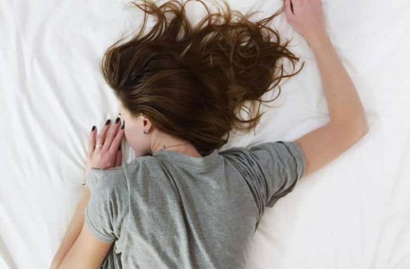 Νιώθετε ότι πέφτετε ενώ κοιμάστε; Δείτε το λόγο που συμβαίνει!