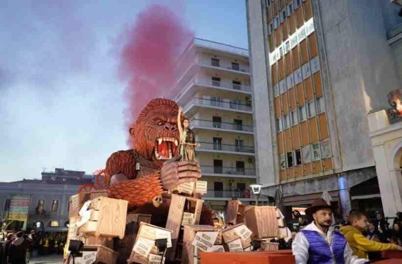 Πατρινό καρναβάλι: H εντυπωσιακή παρέλαση με άρματα είναι γεγονός! (photos)