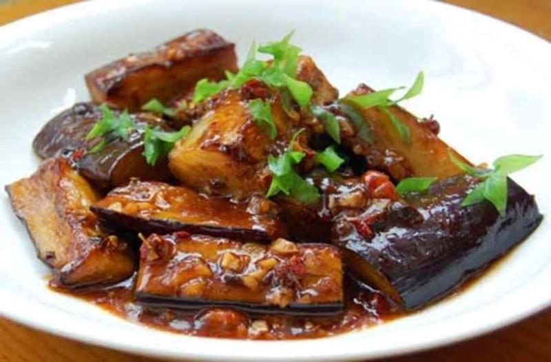 H πιο εύκολη και νόστιμη συνταγή για μελιτζάνες κοκκινιστές σε κατσαρόλα!