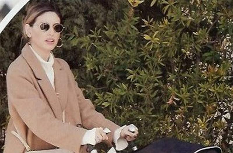 Λάμπει η Αθηνά Οικονομάκου: Με το μωρό της στην αγκαλιά και μια τσάντα 1.600 ευρώ βολτάρει στην Κηφισιά!