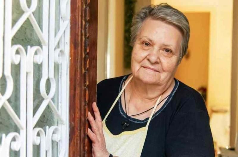 Ψυχάρα η κυρία Κατερίνα από την Τήνο. Κάθε μέρα μαγειρεύει 120 μερίδες φαγητό για όσους το έχουν ανάγκη!