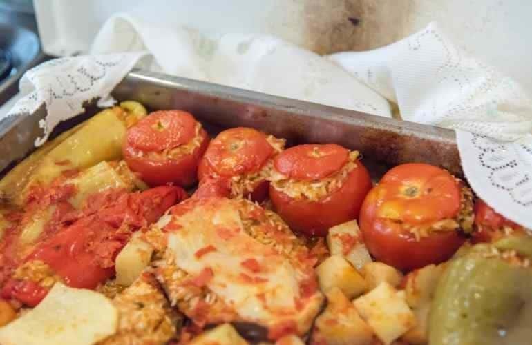 Ψυχάρα η κυρία Κατερίνα από την Τήνο. Κάθε μέρα μαγειρεύει 120 μεριδες φαγητό για οσους το έχουν ανάγκη!