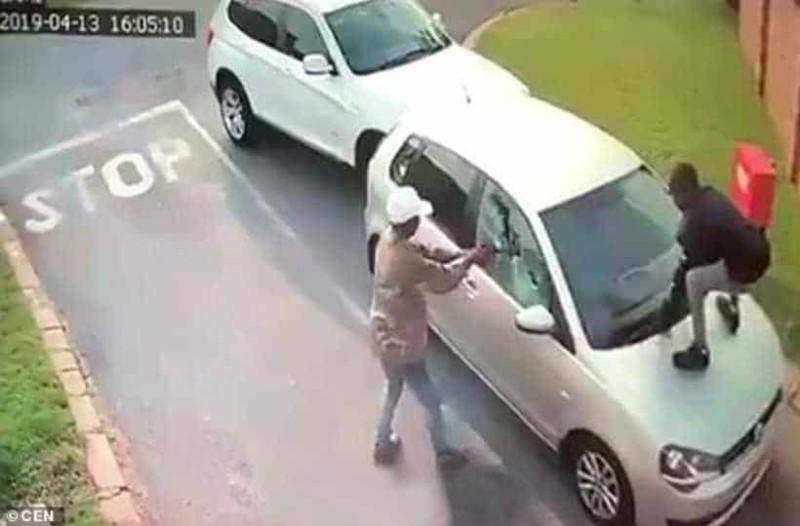 Αδιανόητο: Ληστές πυροβόλησαν τουρίστρια και την πέταξαν έξω από το αυτοκίνητο για να το πάρουν!