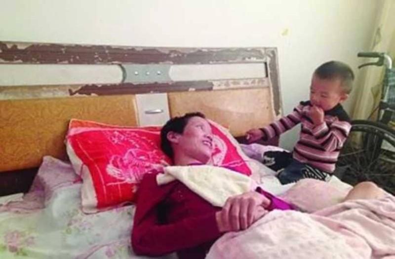 2χρονος Έσωσε Τη Μητέρα Του! Την Τάιζε Στόμα Με Στόμα Για Μήνες!