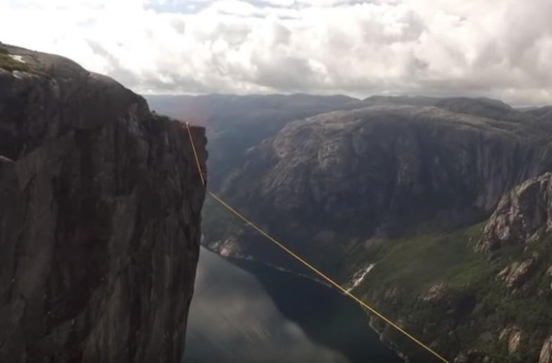 Ακροβάτης κόβει την ανάσα: Έχασε την ισορροπία του σε ύψος 1.000 μέτρων! (Video)