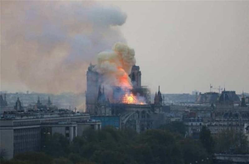 Παναγία των Παρισίων: Σοκαρισμένος ο πλανήτης παρακολουθεί την καταστροφή!