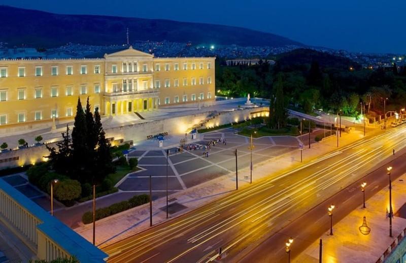 Η φωτογραφία της ημέρας: Η Βουλή αργά τη νύχτα!