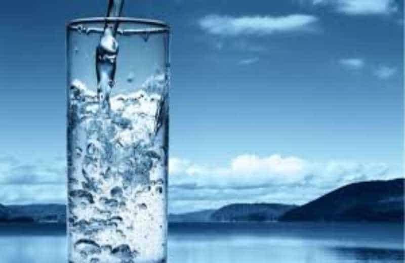 Γιατί πρέπει να πίνουμε νερό όταν ξυπνάμε;