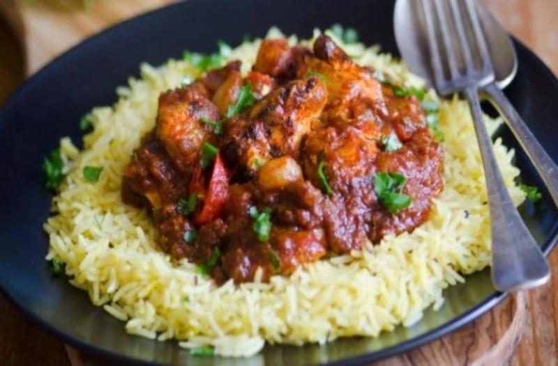 Πεντανόστιμη συνταγή με κοτόπουλο,ρύζι κοκκινιστό και μυρωδικά στο φούρνο!