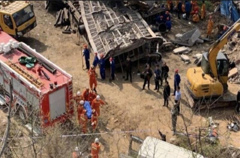 Σοκ με εκτροχιασμό τρένου στην Κίνα: Ο συρμός καταπλάκωσε σπίτι!