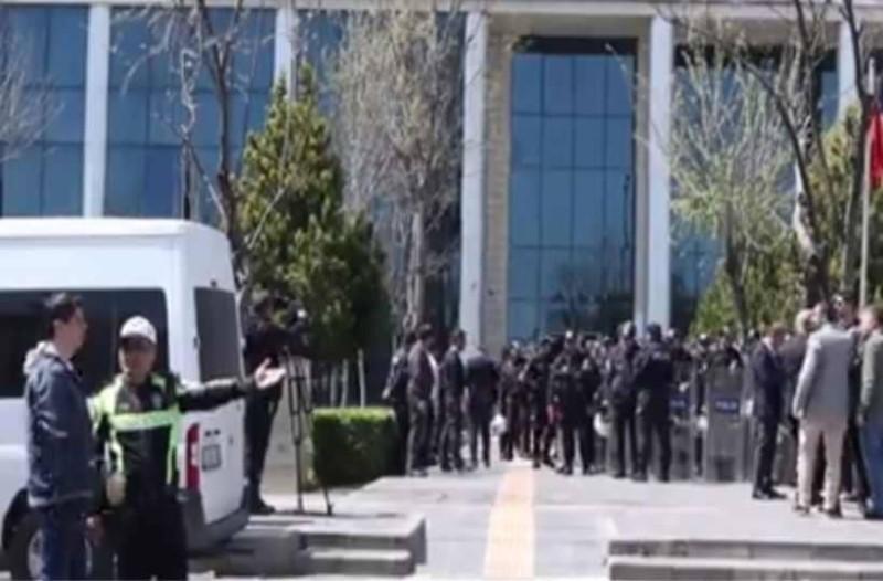 Tουρκία: Επεισόδια με Κούρδους που προσπάθησαν να εισβάλουν στο δημαρχείο του Ντιγιάρμπακιρ!