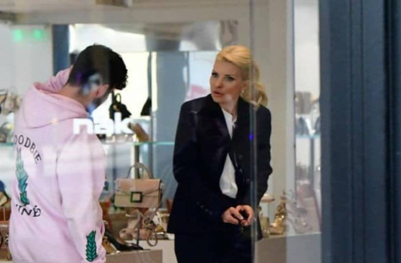 Ούρλιαζε στον γιο της Άγγελο η Ελένη Μενεγάκη! Τα νεύρα και οι φωνές μέσα σε μαγαζί!