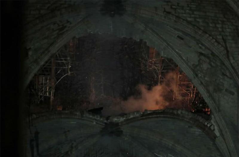 Παναγία των Παρισίων: Σοκάρουν οι φωτογραφίες από το εσωτερικό του ναού!