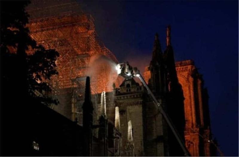 Παναγία των Παρισίων: Κάνουν υπεράνθρωπες προσπάθειες να σώσουν τα έργα τέχνης! - Η φωτιά όμως επεκτείνεται!
