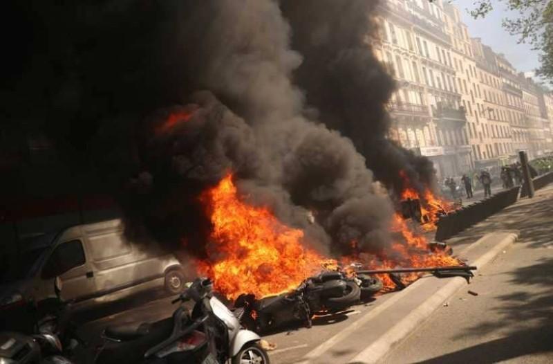 Παρίσι: Φωτιές και εντάσεις ανάμεσα σε διαδηλωτές και αστυνομικούς!