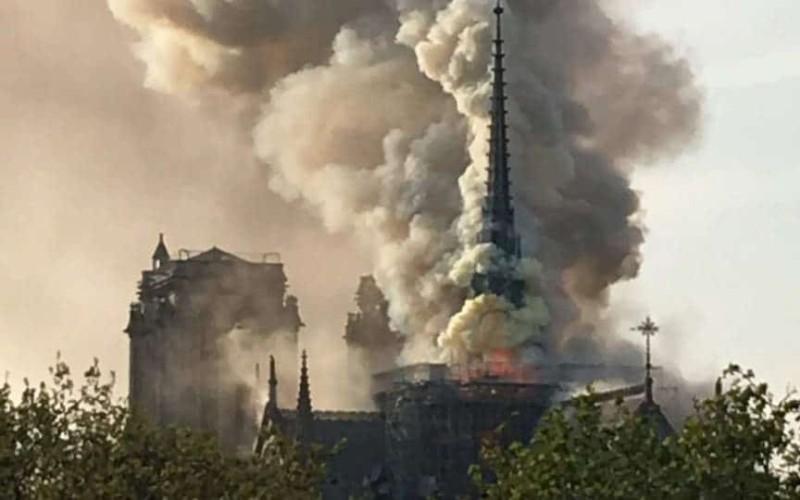 Φωτιά στην Παναγία των Παρισίων!