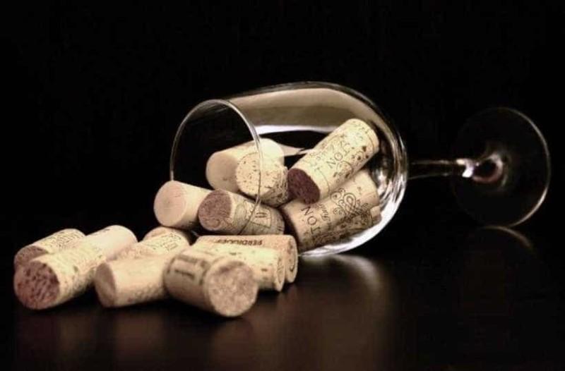 Θέλετε να ανοίξετε μπουκάλι κρασιού χωρίς ανοιχτήρι; Σας έχουμε 5 τρόπους!