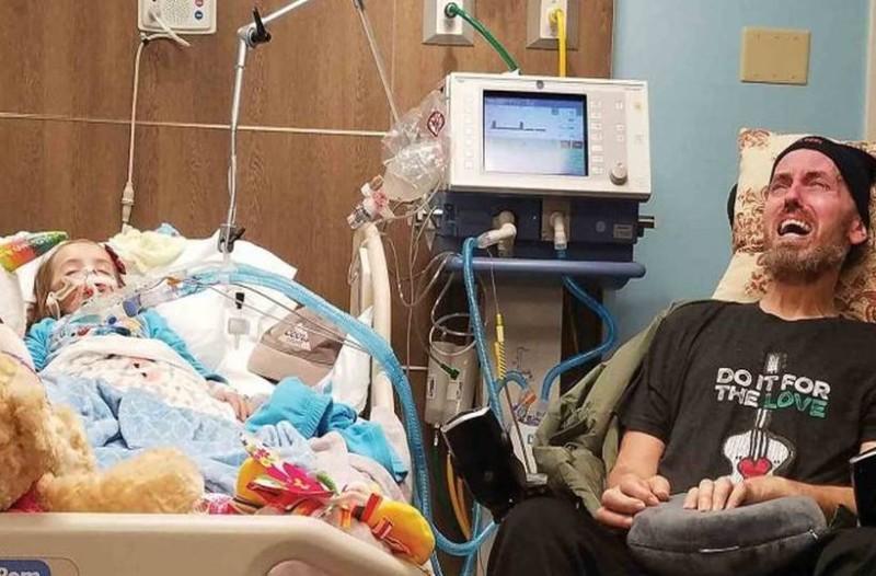 Πατέρας κλαίει δίπλα στην ετοιμοθάνατη 5χρονη κόρη του στο τελικό στάδιο καρκίνου και η εικόνα ραγίζει καρδιές!