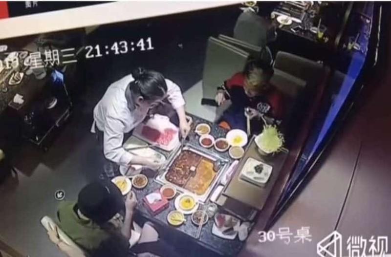 Απίστευτο ατύχημα σερβιτόρας: Εξερράγη στο πρόσωπο της βραστή σούπα! (Video)