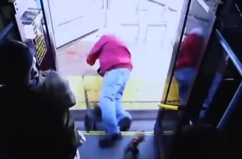 Σοκαριστικό βίντεο: Γυναίκα σπρώχνει 74χρονο από λεωφορείο και σκοτώνεται! (Video)