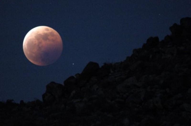 H σελήνη συρρικνώνεται και αποκτά ρωγμές απο τους σεισμούς!