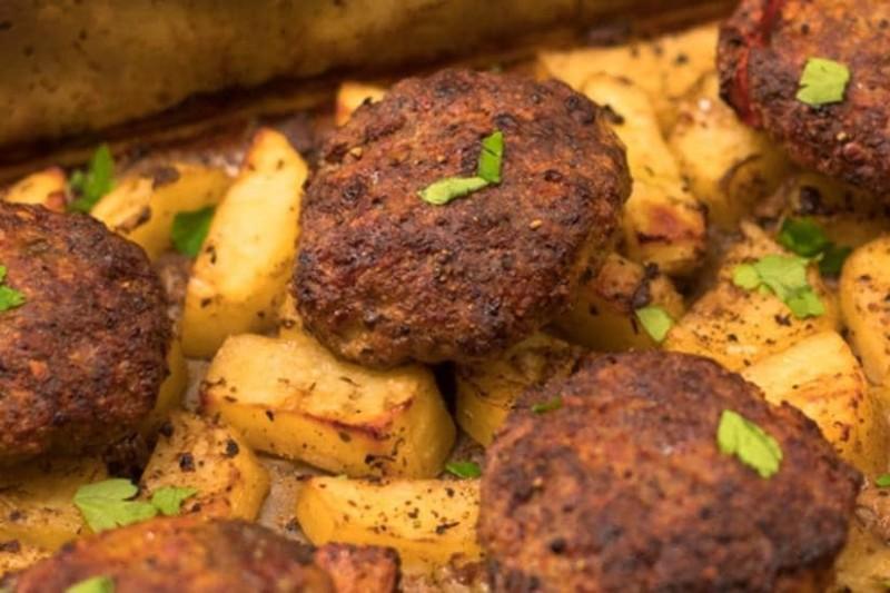 Το πιο αγαπημένο φαγητό: Μπιφτέκια με πατάτες στο φούρνο!