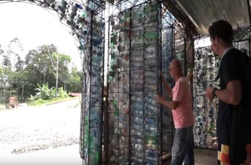 Ένα χωριό απο πλαστικά μπουκάλια στον Παναμά!