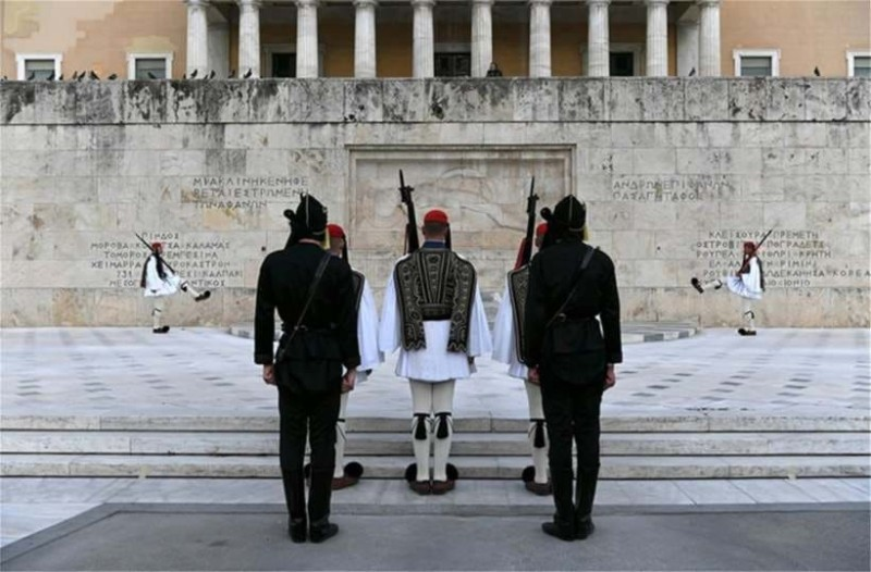 Συγκίνηση και δέος προκάλεσε η αλλαγή φρουράς των Τσολιάδων με Πόντιους Εύζωνες!