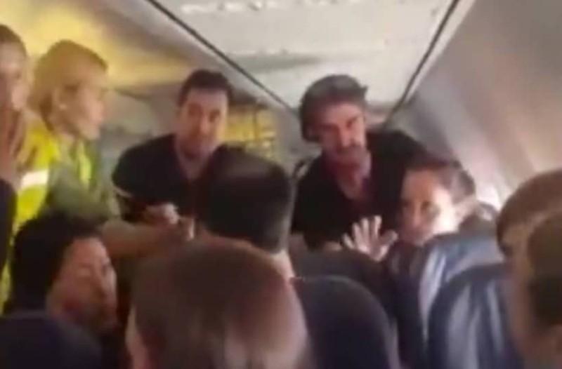 Μεθυσμένη γυναίκα αναστάτωσε ολόκληρη πτήση! (Video)