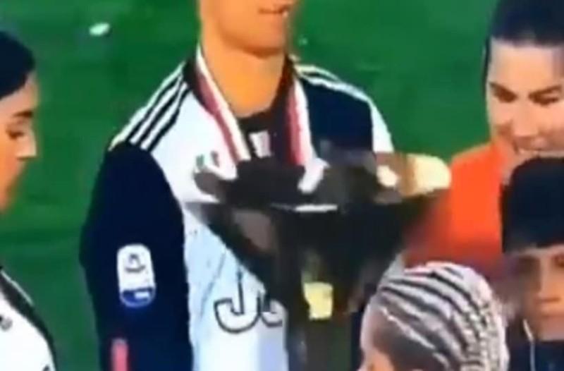Tο αστείο στιγμιότυπο του Κριστιάνο Ρονάλντο μετά την απονομή του ιταλικού πρωταθλήματος!