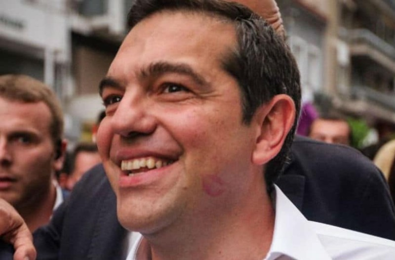 Αλέξης Τσίπρας: Εμφανίστηκε με κόκκινο κραγιόν από παθιασμένο φιλί στο μάγουλο!